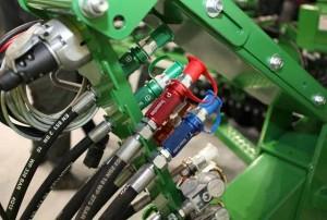 KENNFIXX ® Schlauchgriffe an einer Landmaschine