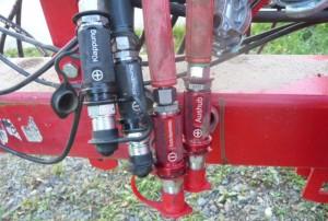 KENNFIXX ® Schlauchgriffe an einer Landmaschine.