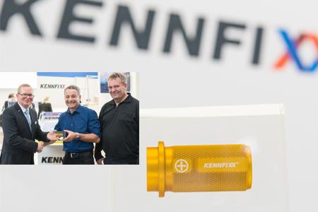 Der 250.000te KENNFIXX Griff wird auf der Messe übergeben.