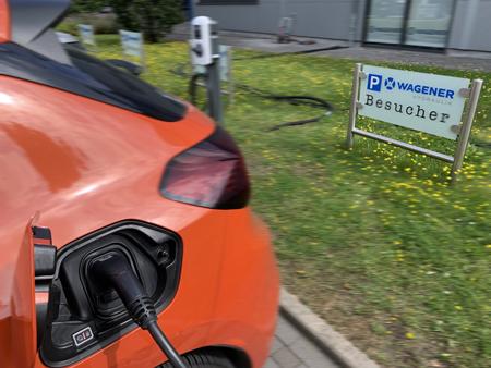 E-Auto lädt an Ladesäule